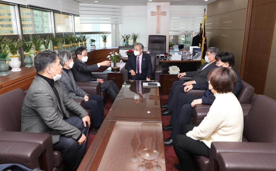 선교국 오일영 총무와 함께 배석한 5개 부서의 부장들