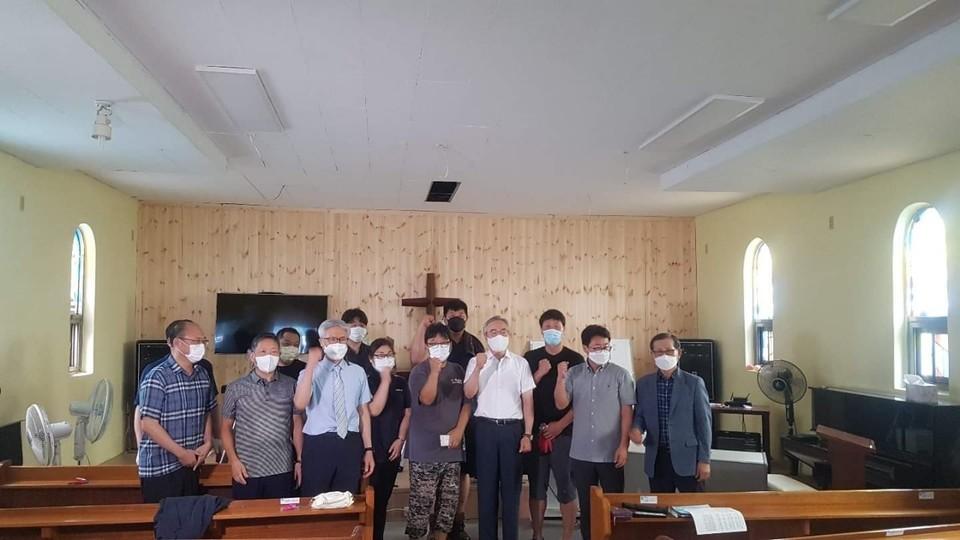▲리모델링이 끝난 예배당에서 정 감독과 화정교회 목은균 목사, 청장년선교회원들이 함께