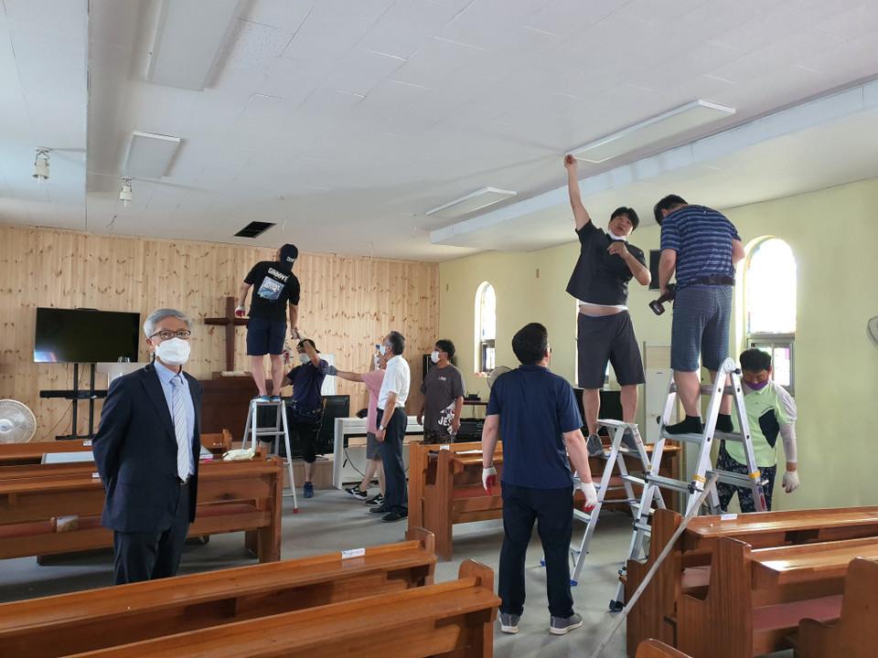 ▲내부 페인트칠에 열심인 청장년선교회원들(사진 왼쪽은 정기수 총무)