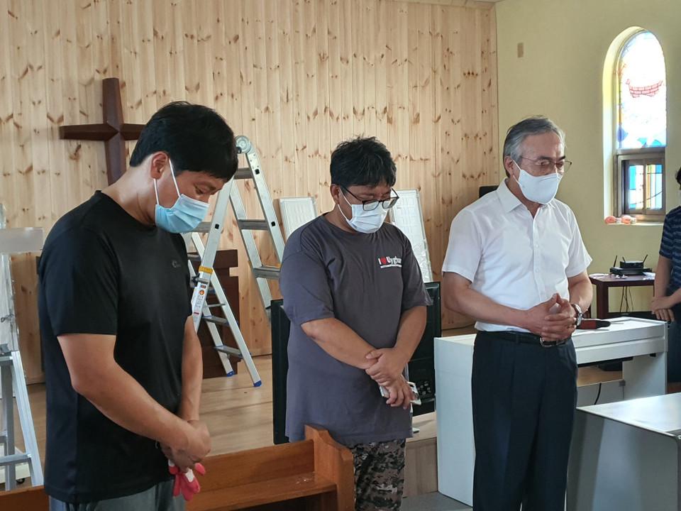 ▲기도하는 정연수 감독과 목은균 목사