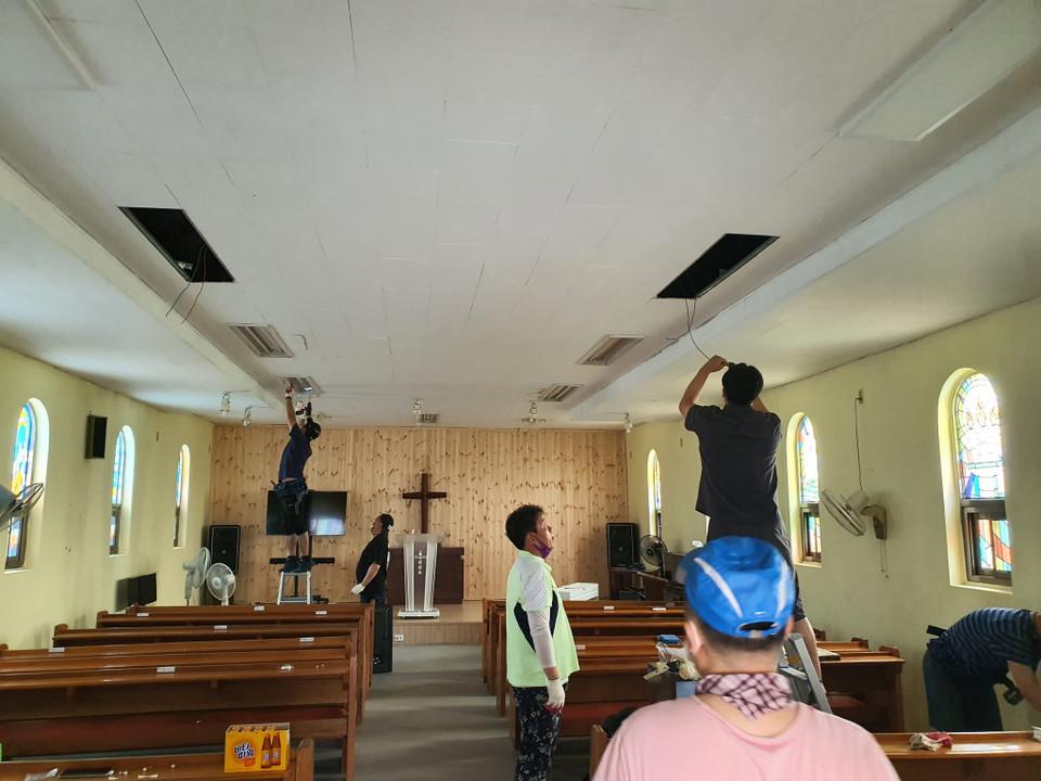 ▲전등 교체 전에 배선작업을 하는 청장년선교회원들